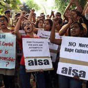 A Delhi, des étudiantes indiennes protestent contre les couvre-feux sur les campus
