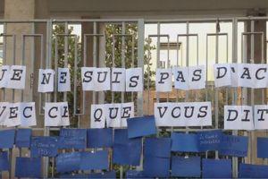 Les grilles d'un lycée romain couvertes de mots de soutien ©Capture YouTube