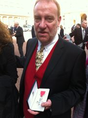 Declan Mac Cavana avec sa médaille de chevalier de l'Ordre de l'Empire britannique. ©DMC