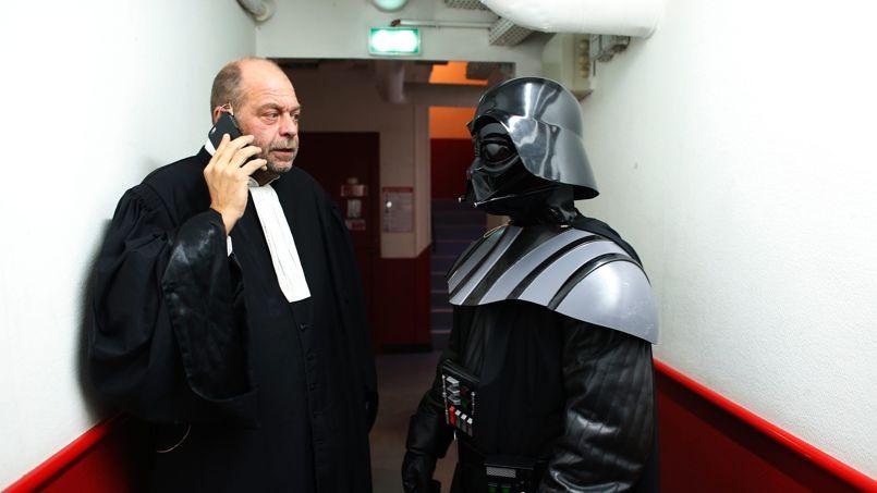 Maître Dupond-Moretti pose avec son client juste avant le procès.