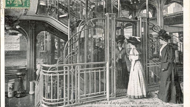 Un ascenseur des Galeries Lafayette, dans les années 1900.