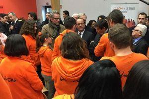 Des jeunes engagés avec l'association Unis-Cité discutent avec François Hollande. © Patrick Kanner (Twitter)
