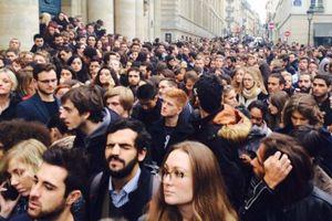Des étudiants attendent la minute de silence devant la Sorbonne, le 16 novembre dernier.©Hugo Clément (Twitter)