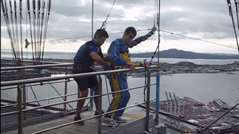 Jordon s'apprête à sauter de la tour Skytower après avoir grimpé ses 1029 marches (YouTube/©Jordon Milroy)