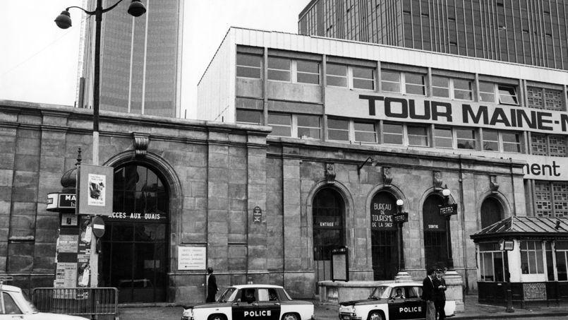 L'ancienne gare Montparnasse reconstituée en décor de cinéma avec en arrière-plan la tour encore en chantier, en 1972.