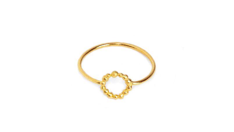 Une bague queen dorée à l'or fin par BDM Studio. Prix:   28 € - ©BDM Studio