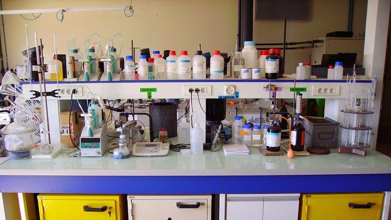 (Jean-Pierre - Chemistry laboratory, detail, CC BY-SA 2.0)