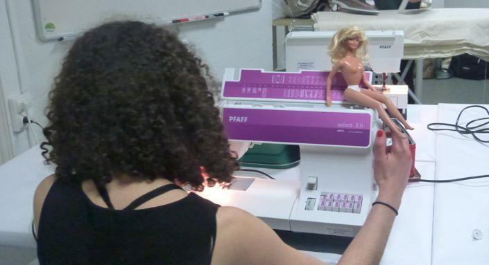 Les étudiantes ont à leur disposition tous les outils nécessaires pour réaliser une mini-tenue destinée à une Barbie.