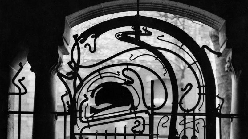 Détail de la grille d'entrée du Castel Béranger, à Paris.