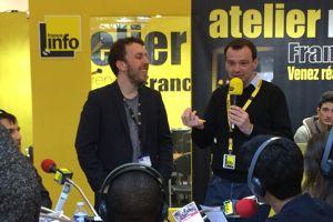 L'animateur Olivier Laurent organise un atelier radio sur le stand de France info. ©C-A.L