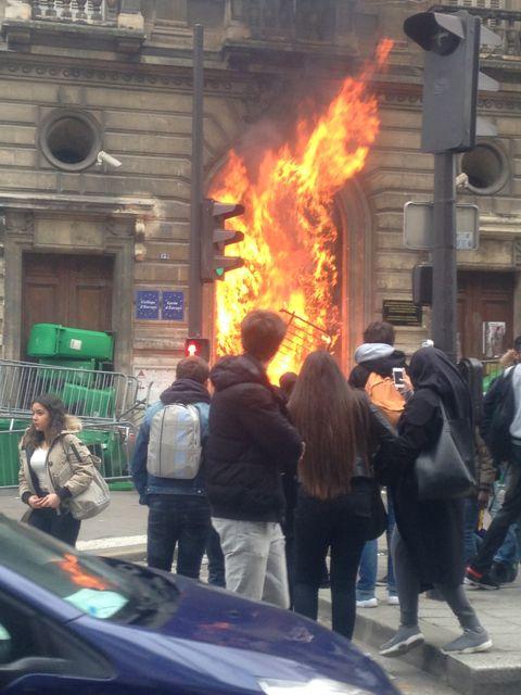 La porte d'entrée du lycée Jacques Decour à Paris dans le 9 ème arrondissement a été incendiée. ©Andréa Beauvais