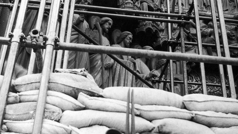 Durant la Seconde guerre mondiale, la façade de Notre-Dame de Paris a été protégée par des sacs de sable.