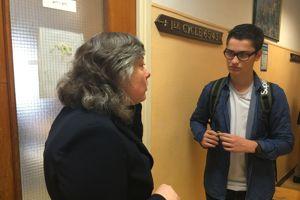 Xave Schorter profite de la récréation pour écouter les doléances des élèves.