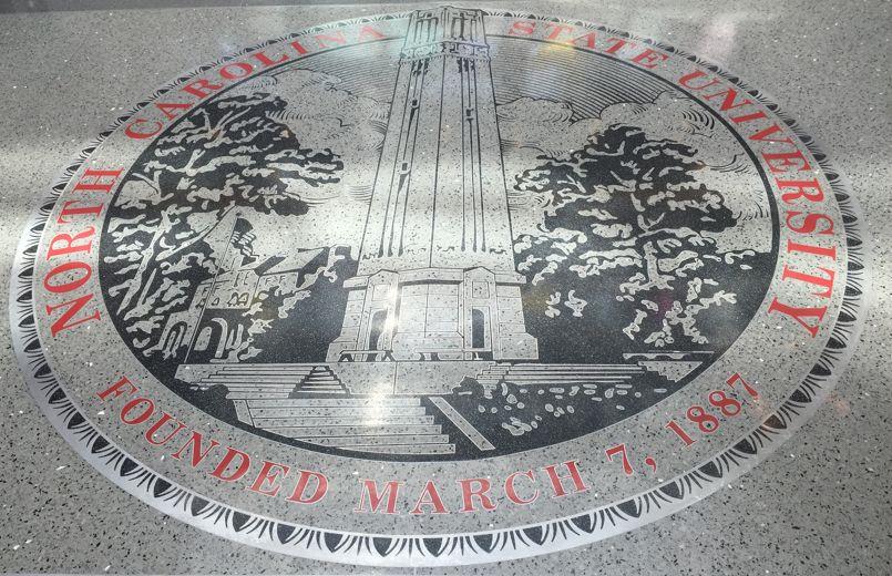 Les 34 000 étudiants de NCSU foulent régulièrement le sol du Talley Student Union, où apparaît leur blason.