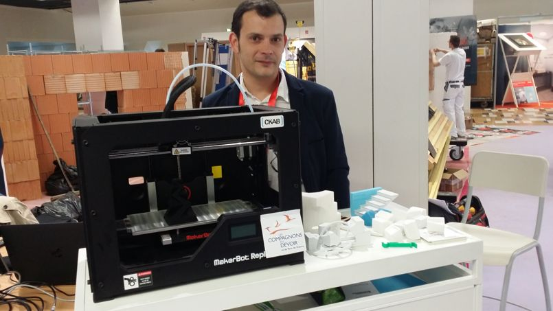 Fabien le Quellec avec son imprimante 3D, sur le stand des Compagnons lors des Journées de la construction.