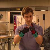 Deux étudiants créent des gants connectés qui font entendre la langue des signes