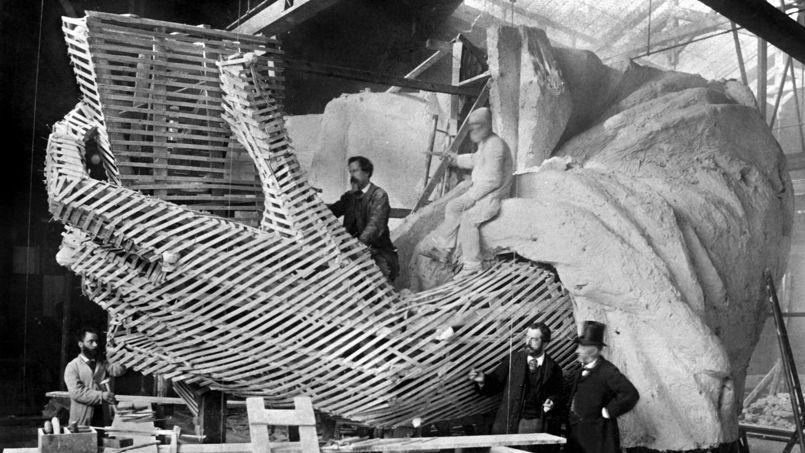 Auguste Bartholdi  <i>(au centre)</i> travaillant sur la Statue de la Liberté, dans son atelier à Paris, fin des années 1870.