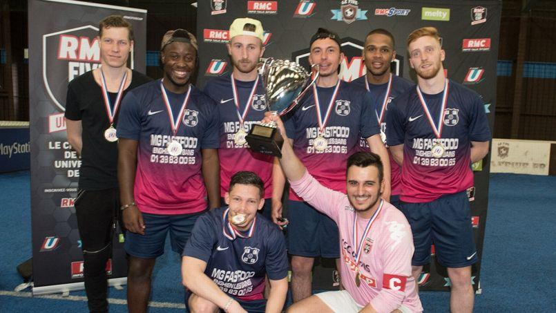 L'équipe de l'ISC avec la coupe de la RMC Five Cup Universitaire.