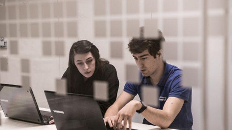 Les étudiants apprennent à travailler en équipe et à s'entre-aider sur des projets communs ©Samsung