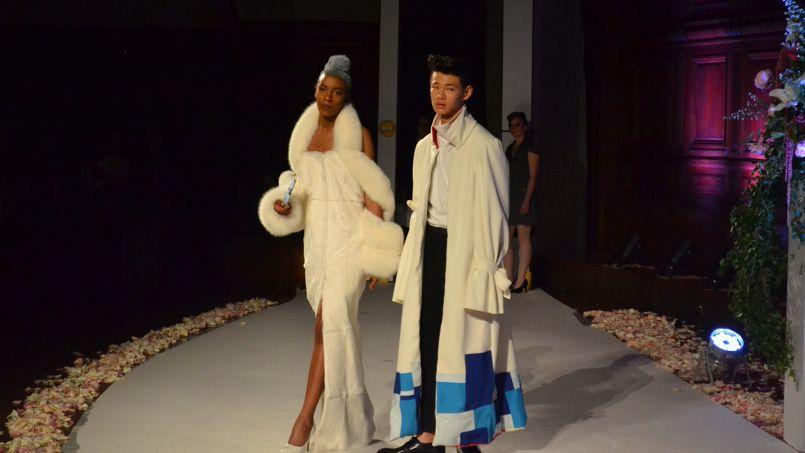 Le jury est composé d'enseignants, mais aussi de professionnels de l'industrie de la mode.