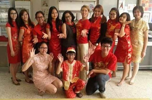 Chose étonnante, 60 % des élèves des lycées français sont étrangers (les élèves de première du lycée Josué Hoffet de Ventiane au Laos le jour du Nouvel an chinois entourent leur professeur Marie-Lou de Vathaire). ©MLdVathaire.