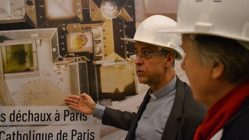 Mgr Philippe Bordeyne et J-M Dutillheul détaillent les futures transformations que le lieu va subir ©C-A.L