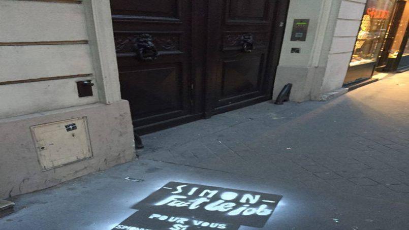 Simon a réalisé des pochoirs à la craie devant les agences parisiennes.