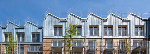 Dans une cour parisienne, ces logements cohabitent avec une crèche et des jardins dessinés