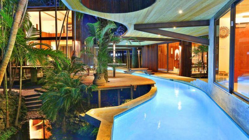 Une Maison Tropicale Entierement Traversee Par Sa Piscine