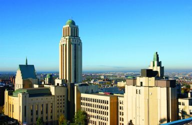 L'Université de Montréal, située sur le Mont-Royal, offre une vue panoramique sur la ville.