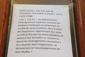 Les étudiants ont placardé des articles de loi sur la porte.