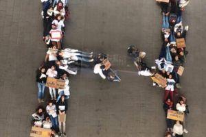Les étudiants ont formé un H géant.