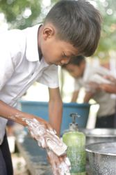 Samir Lakhani doit rééduquer les jeunes à l'hygiène de base. ©ecosoapbank.org
