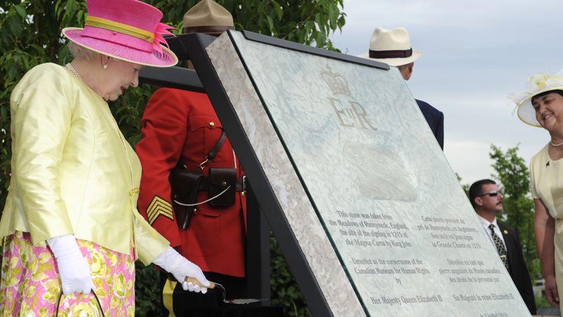 La reine Elizabeth II met déjà la main à la truelle, certains aimeraient qu'elle mette plus sa main au porte-monnaie.