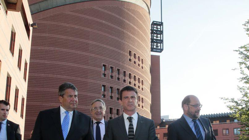 Le Premier ministre français Manuel Valls joue au football à Evry, lors d'une visite ce 3 décembre 2016, pour le Téléthon édition 2016.