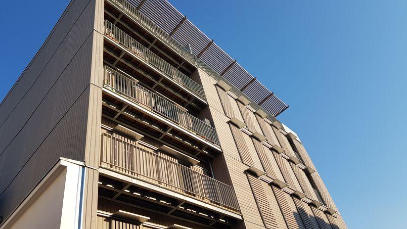 L'immeuble dispose d'une grande surface vitrée et de volets ajourés en bois. Son système de filtrage et de ventilation doit garantir une bonne qualité de l'air intérieur. Crédit: JB Litzler