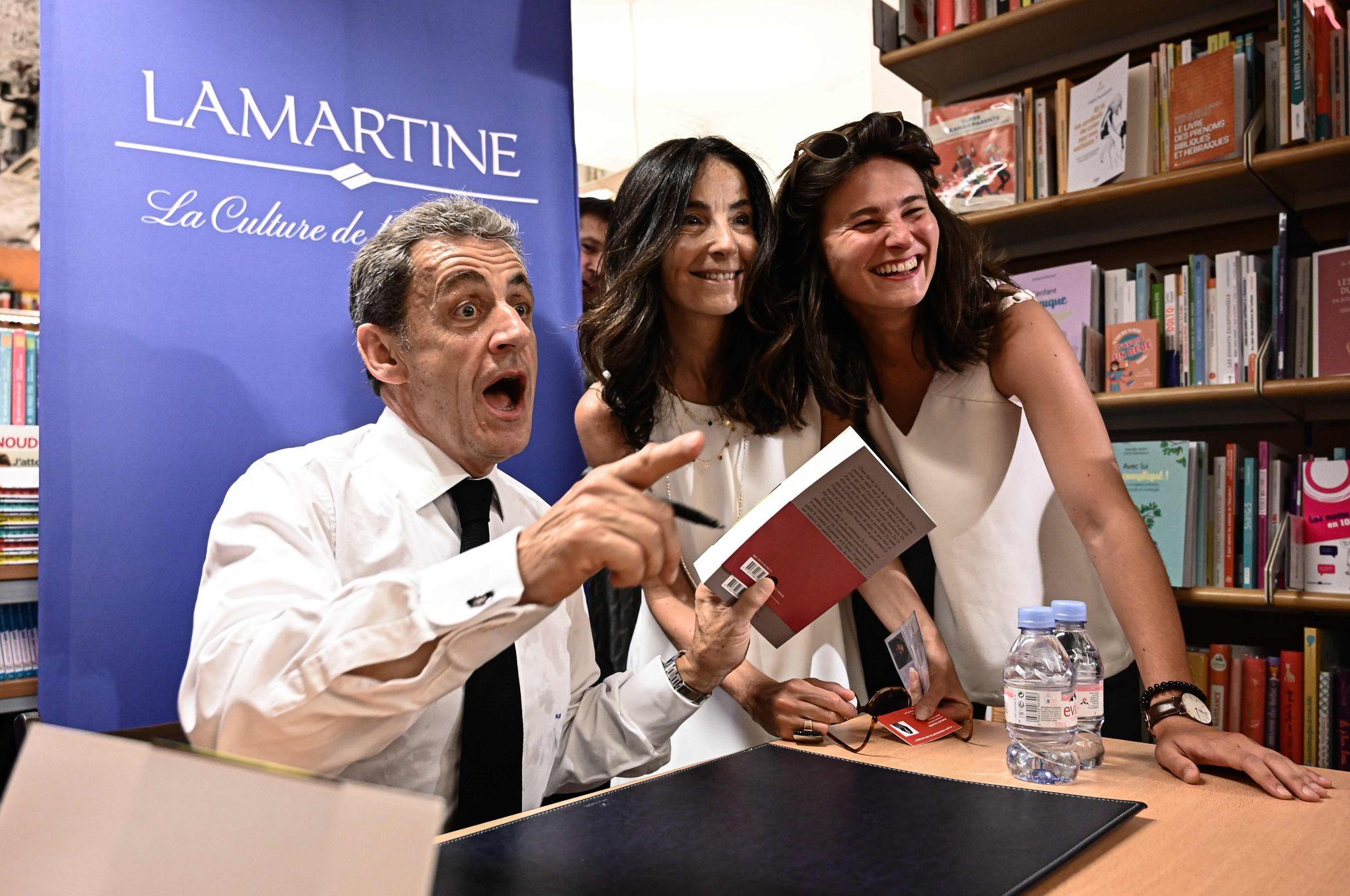 A Paris La Premiere Dedicace De Nicolas Sarkozy Attire Une Foule Passionnee
