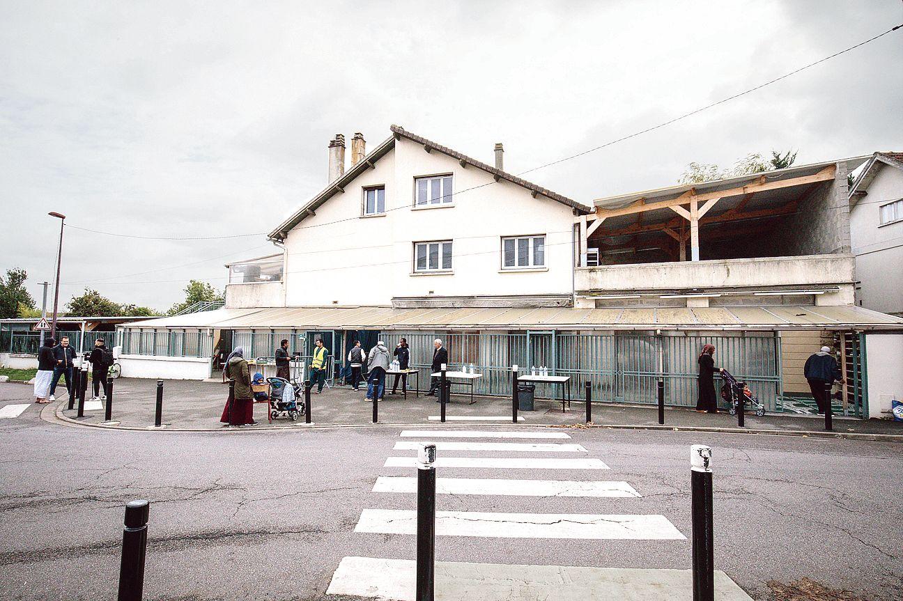 Attentat à la préfecture de police de Paris: un imam et beaucoup de questions