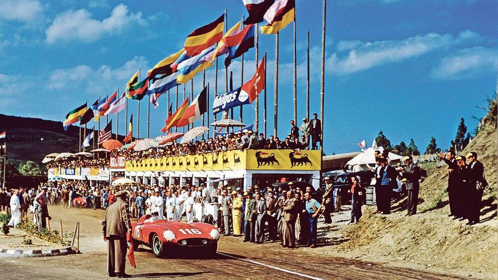 1955: la Ferrari 4-cylindres 3,5 litres de l'équipage italo-français Castellotti-Manzon lors de la Targa Florio