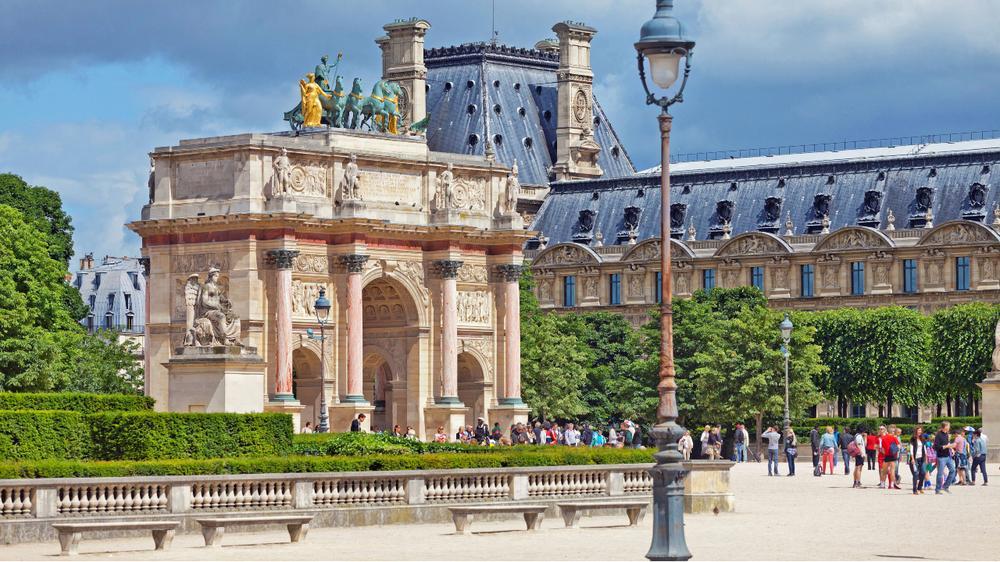 Le Louvre depuis le jardin des Tuileries avec l'arc de Triomphe du Carrousel.