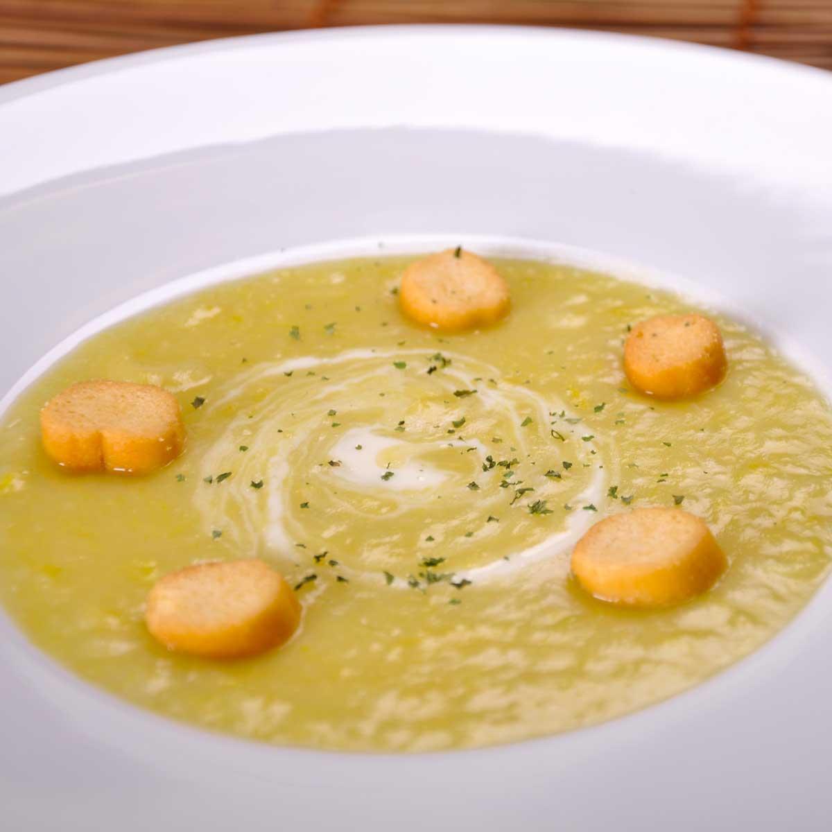 recette soupe aux poireaux et pommes de terre cuisine madame figaro. Black Bedroom Furniture Sets. Home Design Ideas