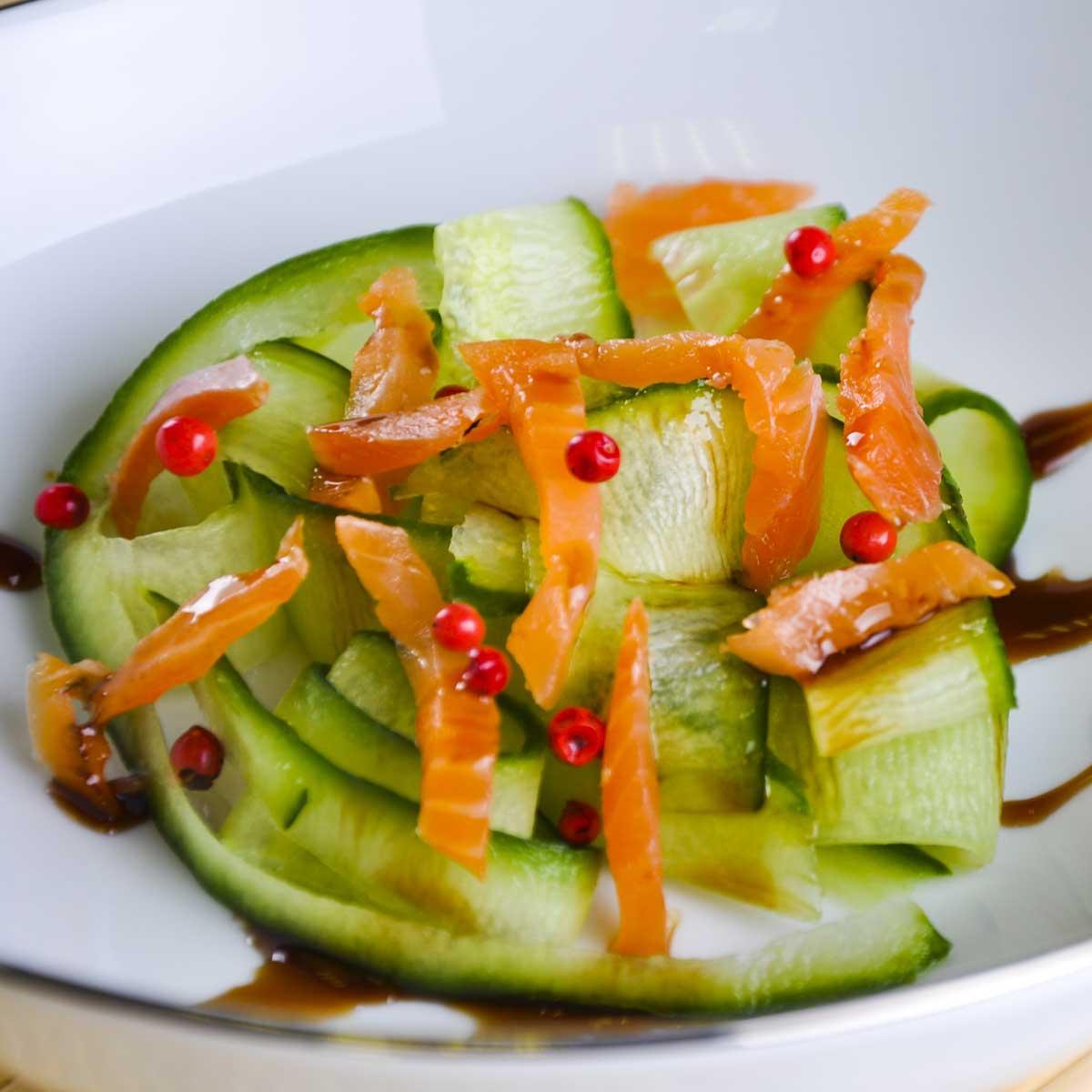 Recette salade de concombre au saumon fumé - Cuisine / Madame Figaro