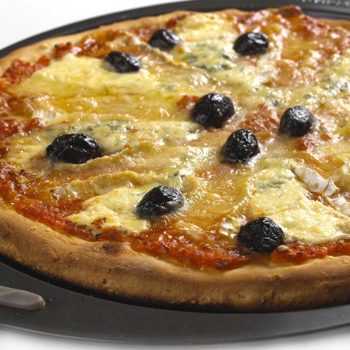 recette pizza aux trois fromages cuisine madame figaro. Black Bedroom Furniture Sets. Home Design Ideas