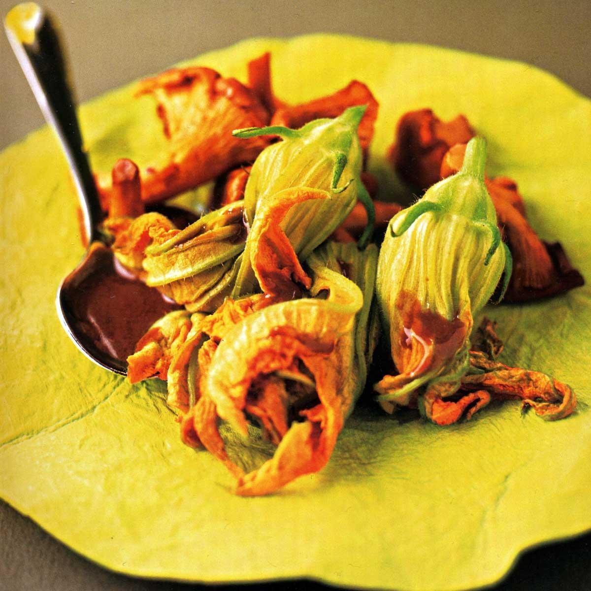 recette fleurs de courgettes farcies jus de truffe et girolles cuisine madame figaro. Black Bedroom Furniture Sets. Home Design Ideas
