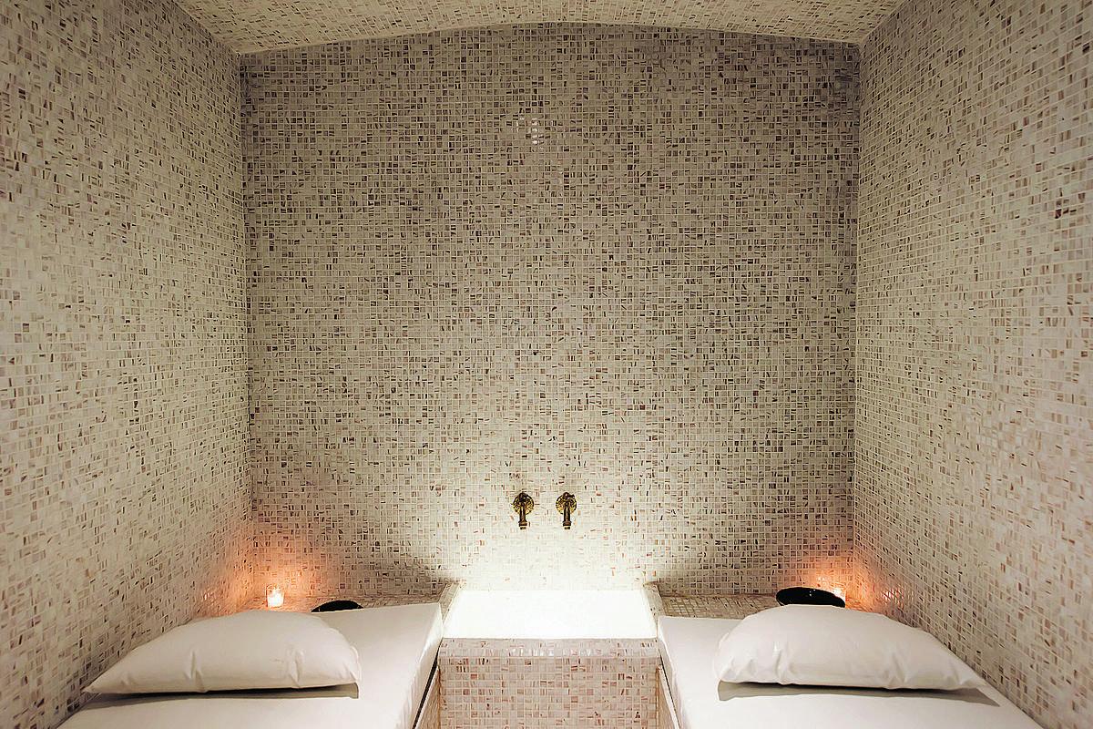 les vapeurs planantes du hammam marocain madame figaro. Black Bedroom Furniture Sets. Home Design Ideas