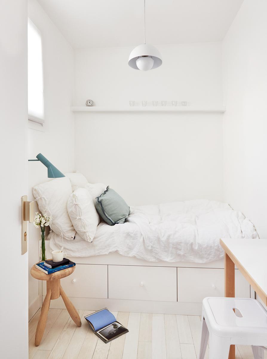 cinq conseils d co pour optimiser une petite chambre madame figaro. Black Bedroom Furniture Sets. Home Design Ideas
