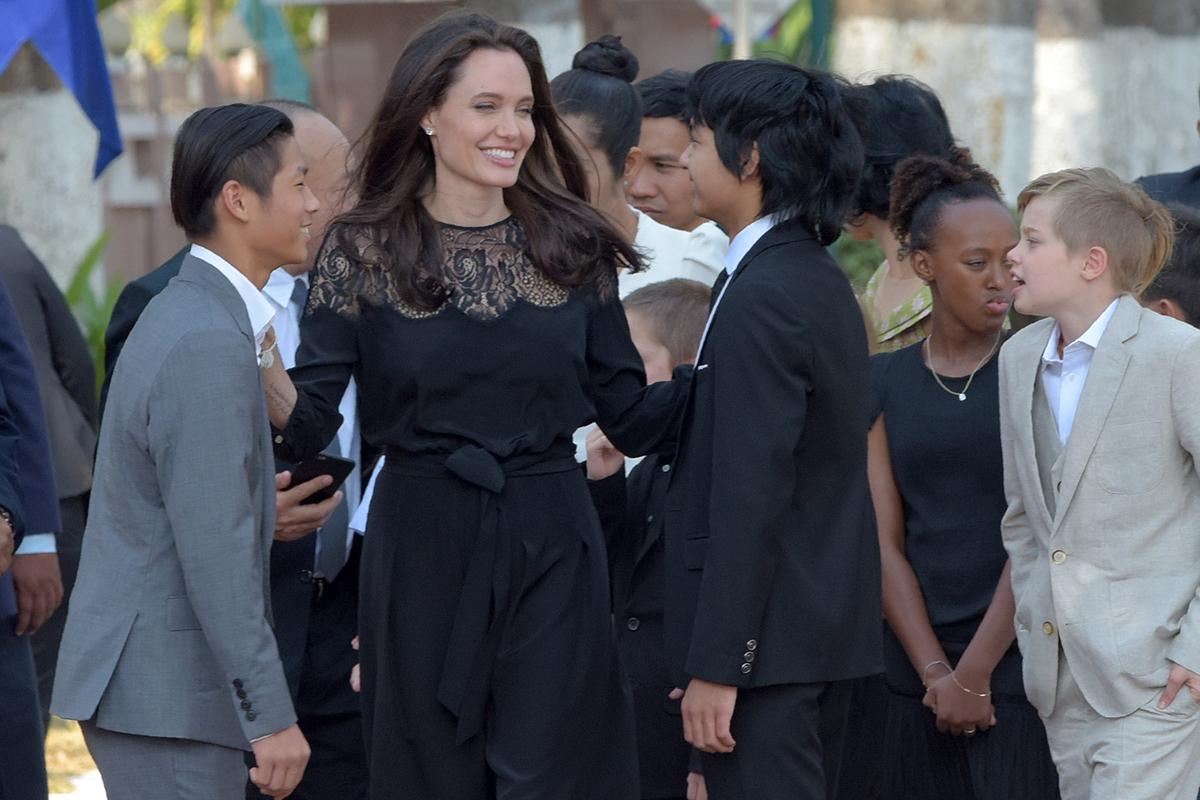 Angelina Jolie au Cambodge avec ses six enfants - Madame ...