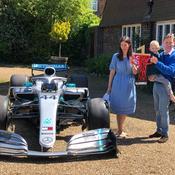 Hamilton dédie sa victoire à un enfant atteint d'un cancer, Mercedes lui envoie sa monoplace