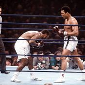 Mohamed Ali face à un Joe Frazier courbant l'échine