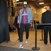 Avant OM-PSG, LeBron James s'affiche avec le maillot parisien